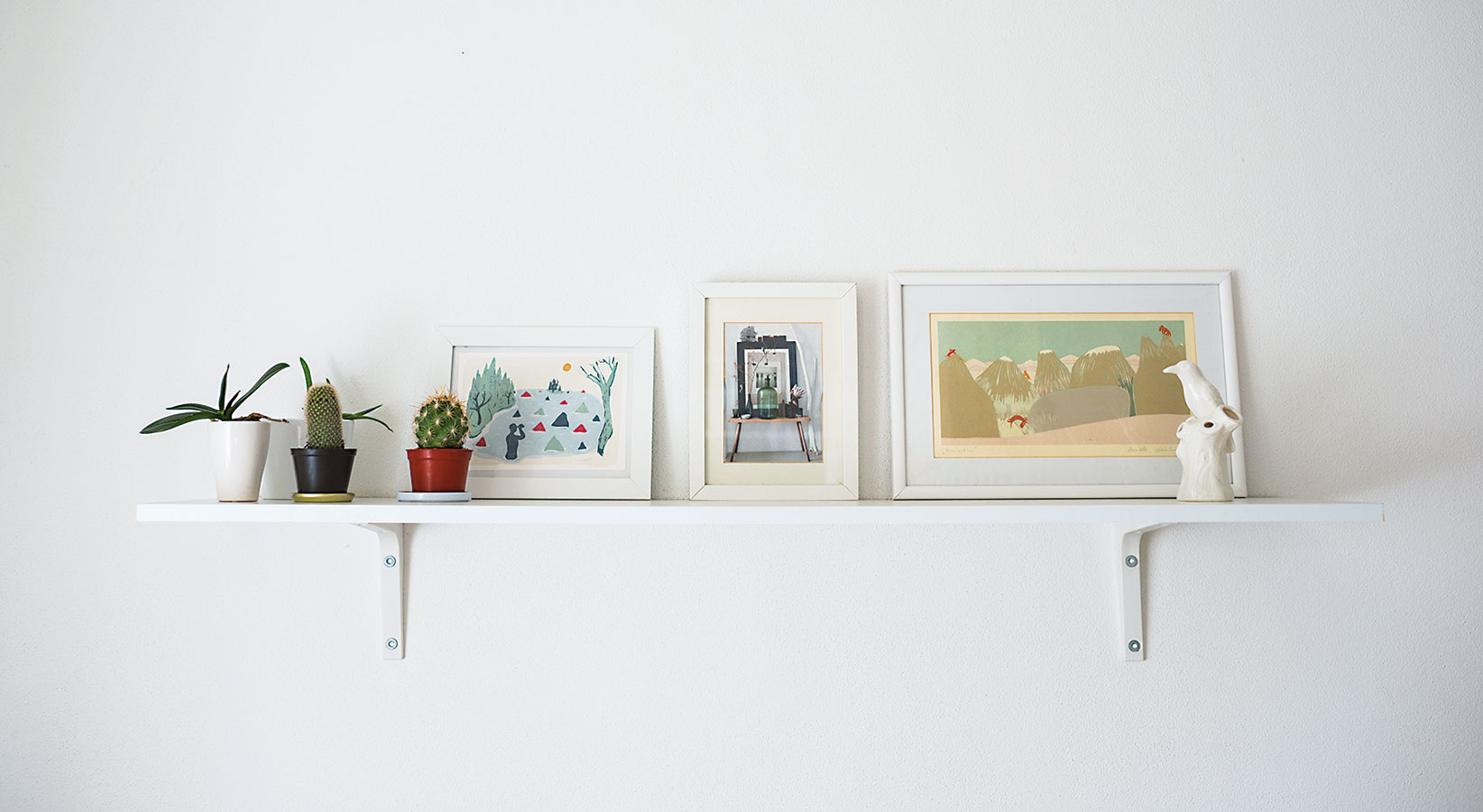 """Obrázky od Daniely Olejníkovej aAlice Raticovej – jeden kúpila Zuzana pred rokmi za pár eur, ďalší dostala do daru. """"Vtedy ešte neboli známe, ale tie obrázky sa mi veľmi páčili,"""" hovorí Zuzana, ktorá im našla miesto na poličke nad sedačkou."""
