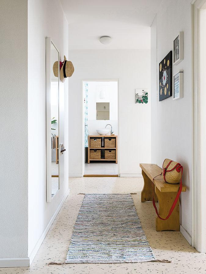 """Dispozíciu zachovali takmer bezo zmien: """"Byt bol koncipovaný veľmi prakticky aveľkoryso."""" (Pohľad od vstupných dverí ku kúpeľni.)"""