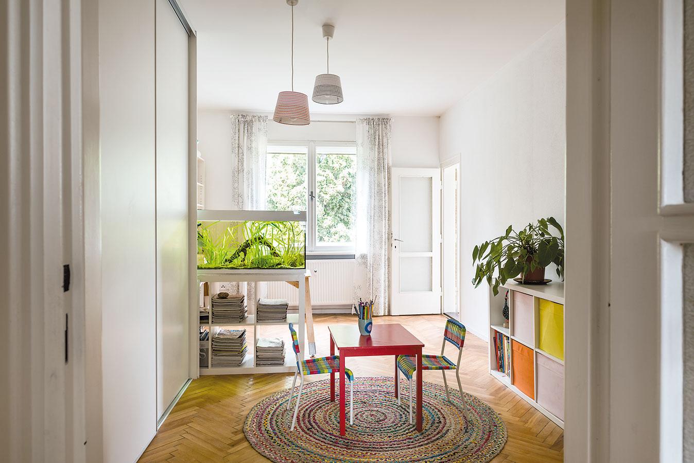 Najväčšia miestnosť vbyte bola pôvodne obývačkou, dnes slúži ako detská herňa spojená smaminou pracovňou – všetko sa sem pohodlne zmestilo. Deti sú ešte malé azatiaľ spia srodičmi vspálni.