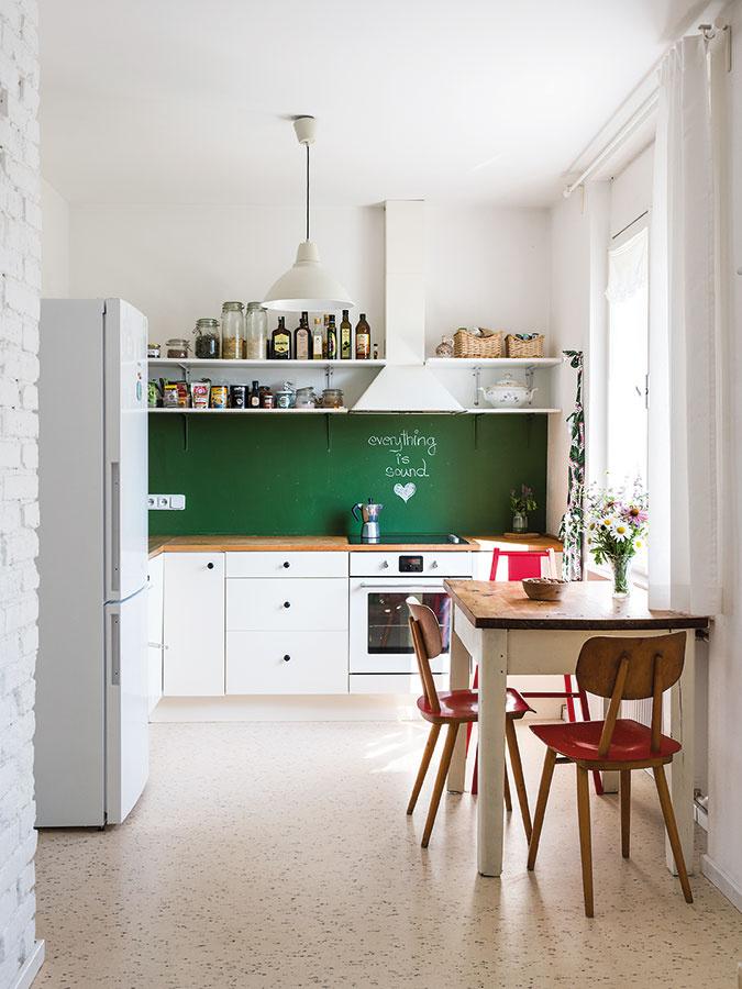 """Spomienková kuchyňa. """"Chcela som vytvoriť podobný pocit ako vkuchyni umojej starkej, na ktorú mám veľmi pekné spomienky. Zariaďovala ju v50. rokoch azrovnakého obdobia je aj tento byt, takže mi to sem pasovalo."""""""
