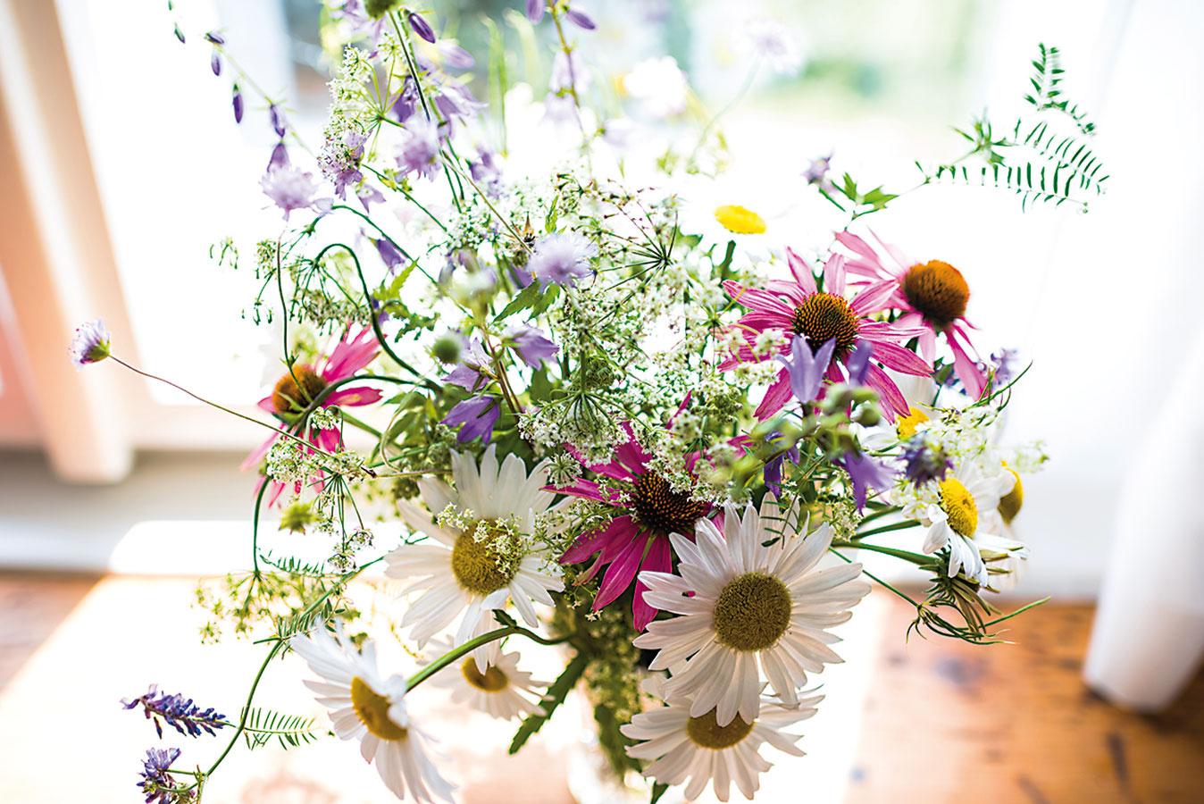 Bylinky zo záhradky, kvety zlúky, váza od starkej. Aj bez drahých doplnkov môže mať byt úžasnú atmosféru.