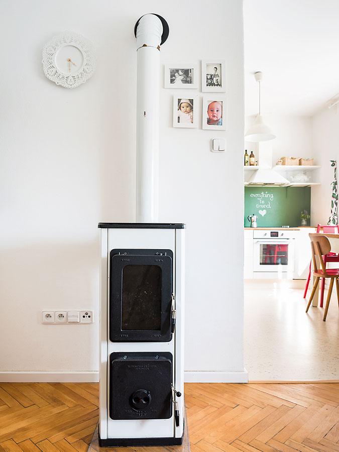Starý komín je ešte funkčný apiecka sa vzime hojne využíva. Jedným zmála zásahov do dispozície bytu bolo zbúranie priečky medzi kuchyňou asusednou izbou tak, aby sa denný priestor spojil.