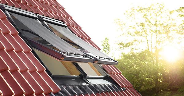 Vonkajšia markíza VELUX ponúka účinnú ochranu pred prehrievaním, keďže odráža slnečné lúče ešte pred dopadom na sklenenú tabuľu. Výhľad zokna sa nijako neobmedzí, pretože materiál markízy je priehľadný. Ovláda sa manuálne pomocou háčikov alebo elektrickým či solárnym pohonom. Roletu je možné namontovať aj zvnútra, čo umožní otvárať azatvárať okno, aj keď je stiahnutá. Markízy znižujú vnútornú teplotu vmiestnosti až o6 °C. www.velux.sk