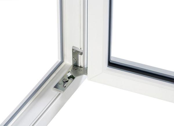 Skryté pánty na okná nie sú laickej verejnosti príliš známe. Systém otváravo–sklopného kovania UNI-JET spoločnosti G-Uje vhodný na okná zo všetkých bežných materiálov, ako sú plast, drevo akov. Skryté pánty zjednodušujú údržbu ačistenie, pretože vytvárajú čisté ahladké plochy. Unesú záťaž až do 130 kg, apreto nie je potrebné robiť kompromisy vrozmeroch. Okno sa otvára až na uhol 100°. Okná nadobúdajú elegantný ačistý vzhľad tým, že sú pánty skryté aich farba sa nemusí prispôsobovať okennému profilu. www.g-u.com