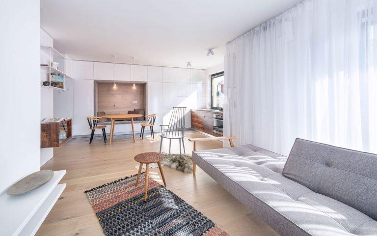 Trojizbový byt s tradičnými prvkami škandinávskeho dizajnu vyniká v novostavbe v Rusovciach