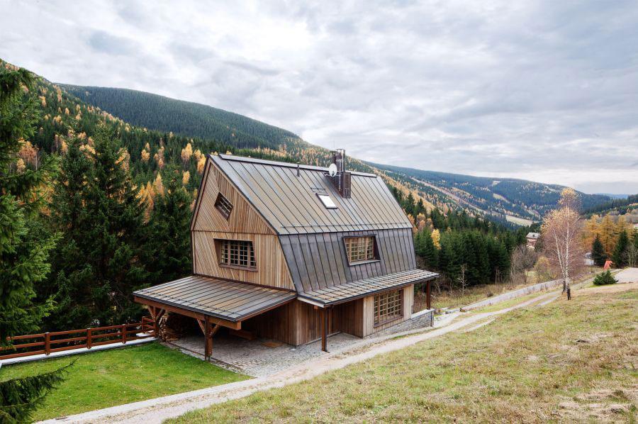 Chata inšpirovaná tradičnou architektúrou v harmónii s pozadím krásnych hô