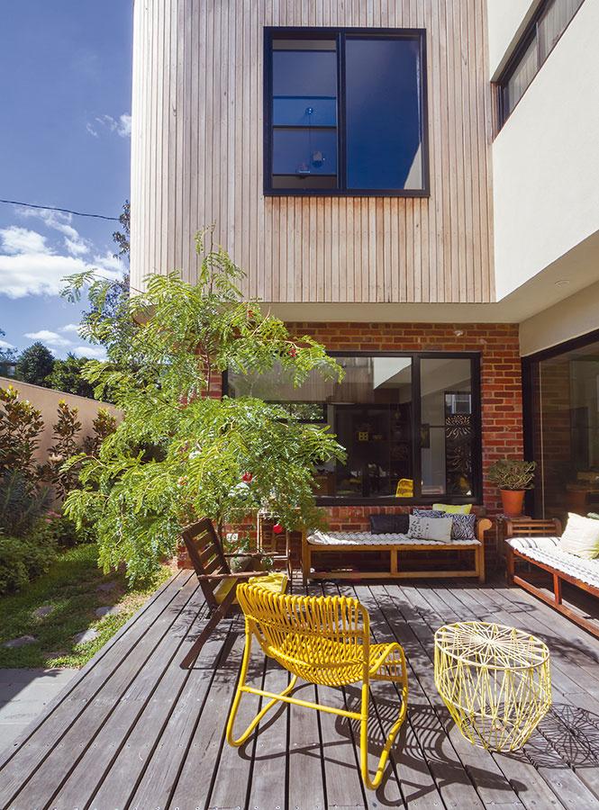 Drevená palubovka je zaujímavá, hoci drahšia možnosť pri výbere povrchu terasy. Na tento účel sa používajú viaceré dreviny, najčastejšie bangkirai. Vyznačuje sa mimoriadnou trvanlivosťou, odolnosťou aj pevnosťou. Ak nechcete, aby drevo získalo sivastý nádych, treba ho pravidelne ošetrovať olejmi. Inou možnosťou sú kompozitné materiály.