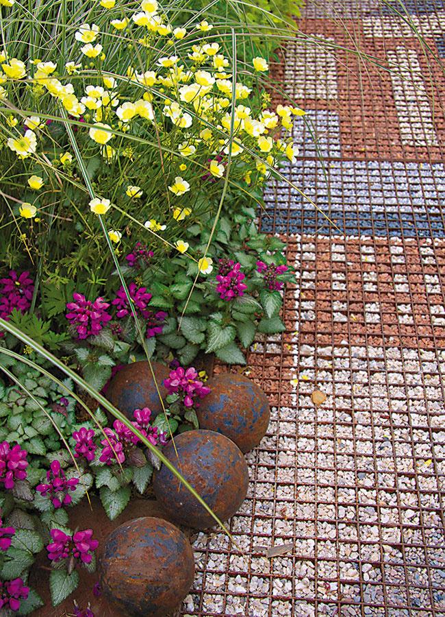 Spojením kovu afarebného piesku môžu vzniknúť naozaj originálne spevnené plochy. Sú vhodné na menšie plochy, malý dvor alebo átrium.