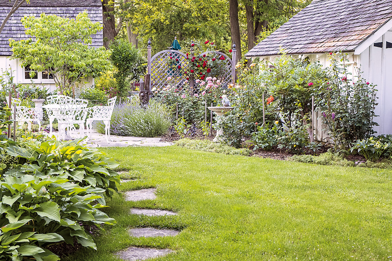 Praktické nášľapné platne umožnia pohodlné ošetrovanie okrasných rastlín vzáhonoch vtesnom susedstve trávnika. Vybrať si môžete zrôznych veľkostí, tvarov aj farieb. Výhodou je, že do konceptu záhrady dobre zapadajú. Budovať chodníček na takomto mieste je zbytočné.
