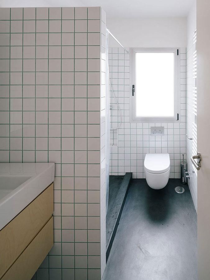 Netradičný byt, v ktorom vládnu biele obkladačky a atypické uhly