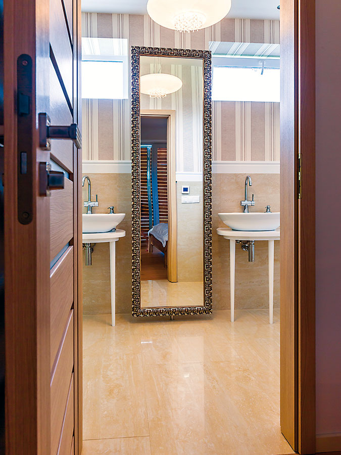 Vysoké zrkadlo medzi dvoma umývadlami nie je len efektné. Zo zadnej strany sú poličky na potrebné drobnosti, akeďže je dômyselne prichytené, dá sa podľa potreby natočiť tak, aby bolo všetko ľahko prístupné.