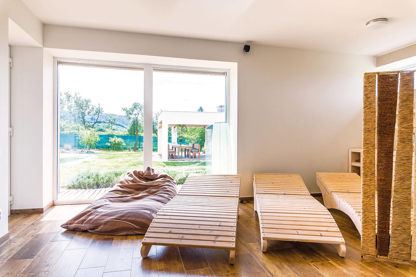 """Zwellness miestnosti sa rovnako ako zostatných izieb vdome dá vyjsť posuvnými dverami na terasu ado záhrady. Saunu domáci využívajú pravidelne po celú zimu. """"Je to úžasný relax, navyše je človek vďaka tomu menej chorý,"""" hovorí domáca pani."""