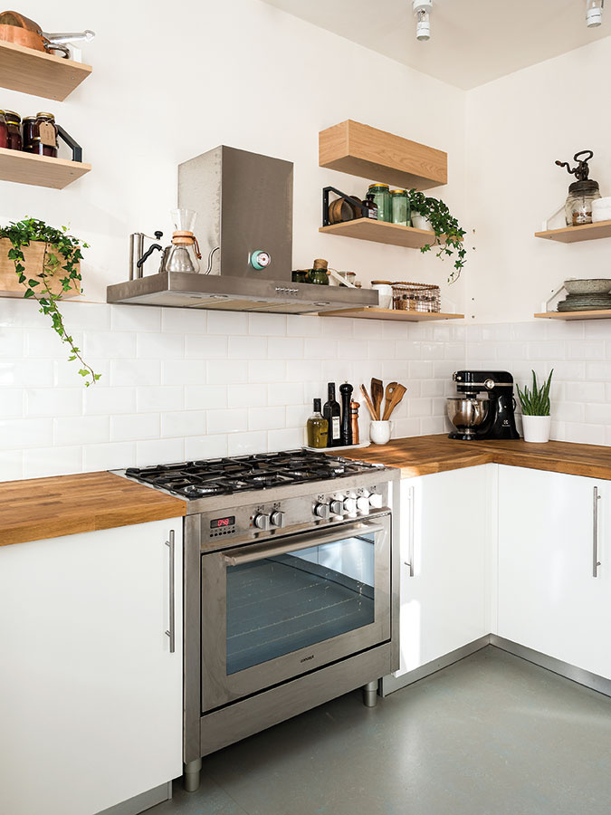 Kuchynskú zástenu tvorí nenápadný biely obklad so škárovku vrovnakom odtieni, vďaka čomu neruší ani na fotkách, ktorými Monika napĺňa svoj blog.