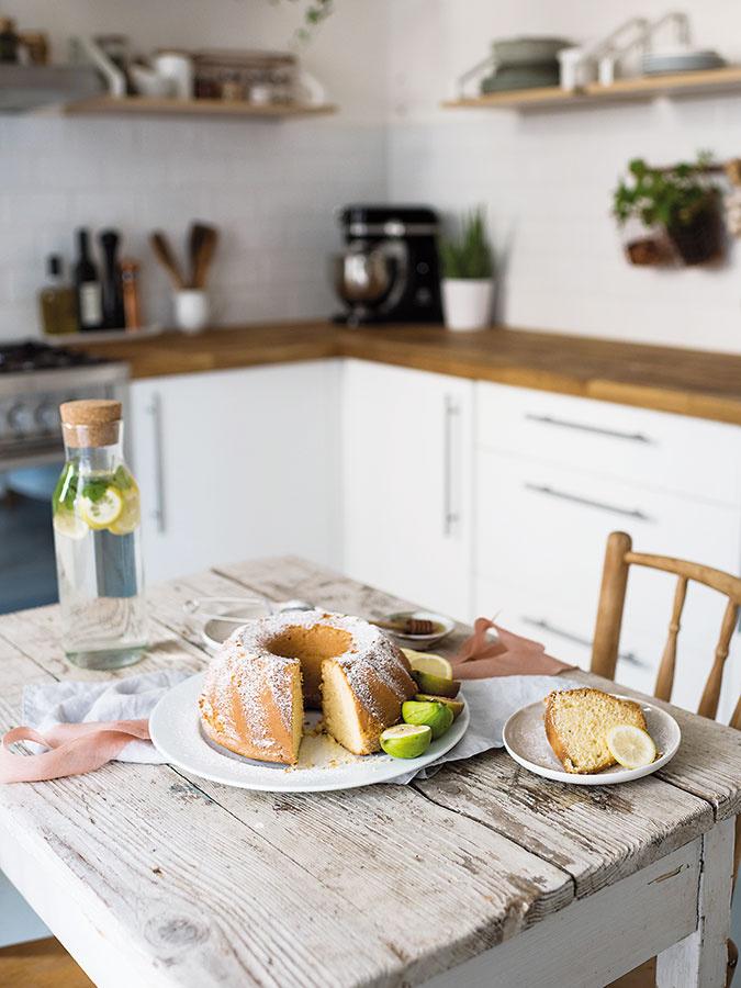 Monika nás počas fotenia pohostila skvelou medovo-citrónovou bábovkou solivovým olejom, ktorú som už opár dní nato pripravila zase ja svojim kolegyniam. Recept na ňu nájdete na jej blogu.