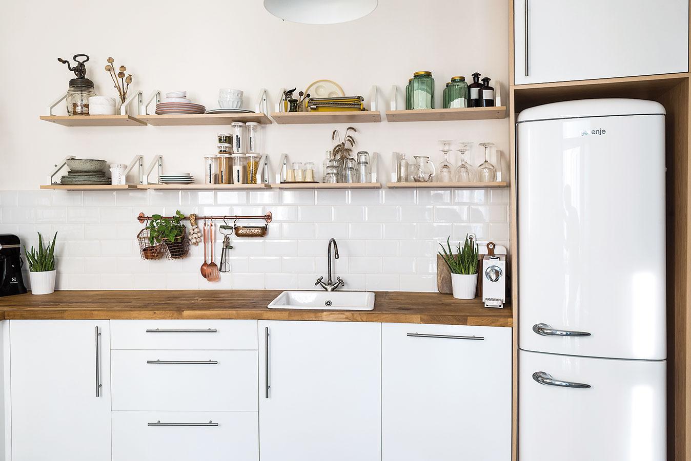 Majitelia pôvodne uvažovali ožltej chladničke, nakoniec ale uprednostnili bielu, ktorá priestor pekne doplnila.