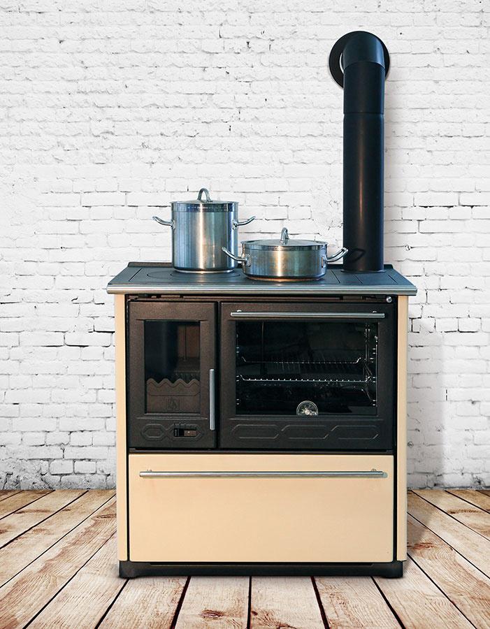 Liatinový sporák s rúrou Plamen 850 Glas využijete nielen na varenie a pečenie, ale aj na sušenie a vykurovanie. Základná konštrukcia vrátane ohniska a platne je vyrobená z kvalitnej liatiny, opláštenie zo smaltovanej ocele. Sporák má výkon 8 – 11 kW a vykúri až 160 m3. Kúri sa v ňom drevom a drevenými briketami.