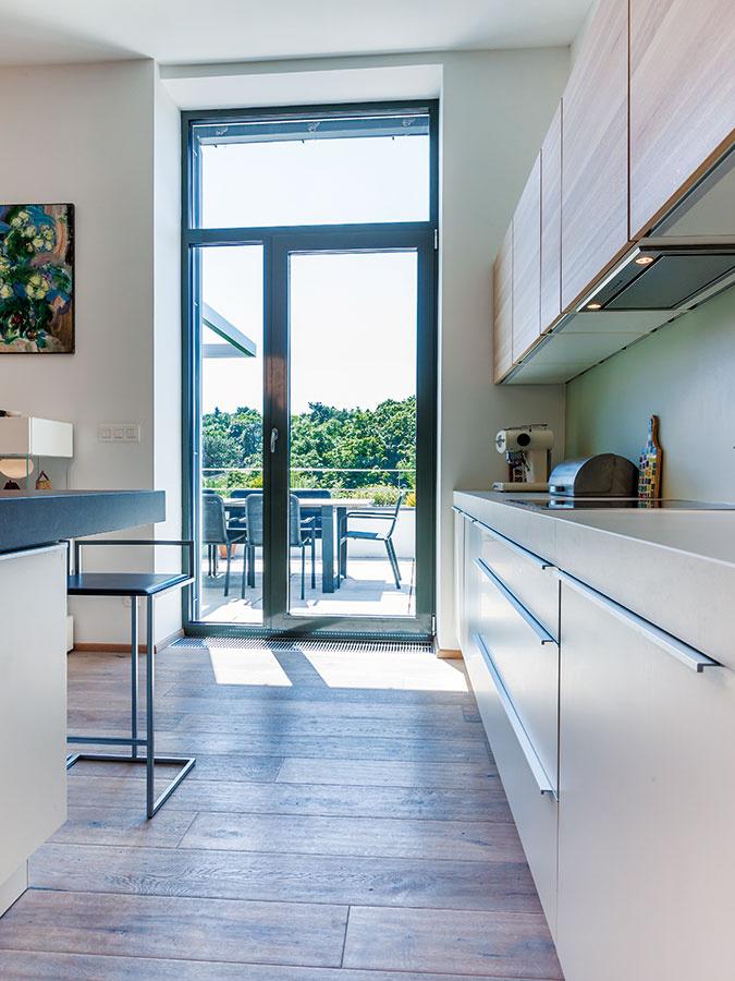 Terasy, ktoré nadväzujú na kuchyňu aj na jedáleň sobývačkou, aexkluzívny výhľad sú vdome na kopci veľkou prednosťou vysoko umiestnenej dennej zóny.