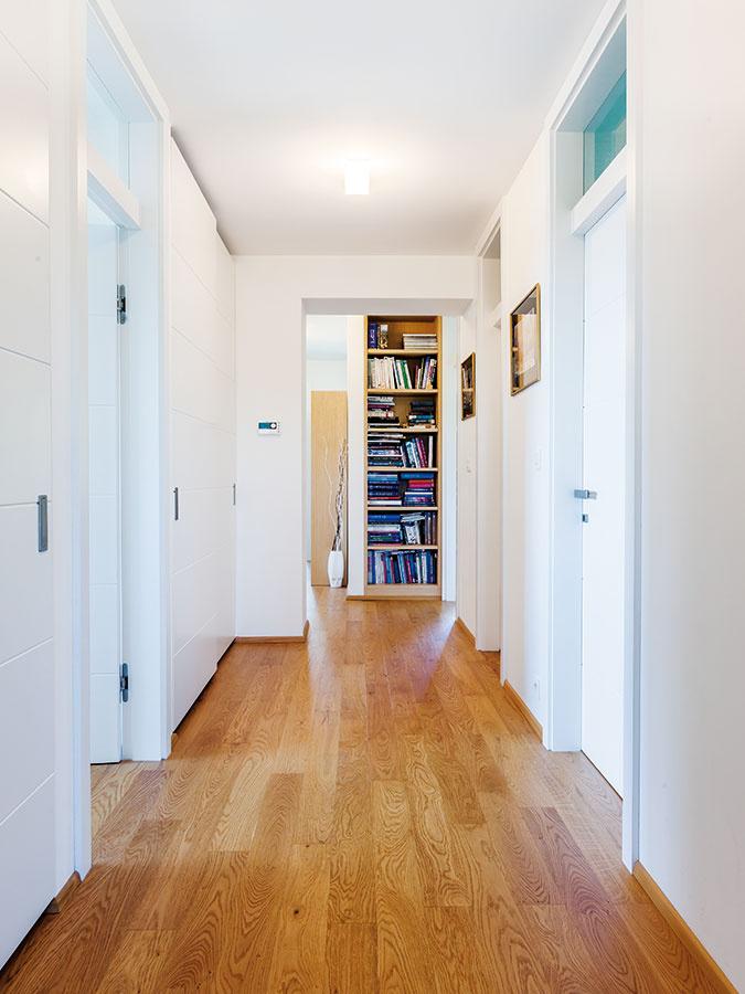 Chodba, ktorá nevyzerá ako chodba anie je tmavá, hoci nemá ani jediné okno – zadanie ako zrozprávky oprinceznej, ktorá sa nechcela vydať, bolo pre Mercedes najdôležitejšou úlohou. Aby do chodby prenikalo čo najviac svetla zokolitých priestorov, navrhla architektka nad všetky dvere svetlíky.