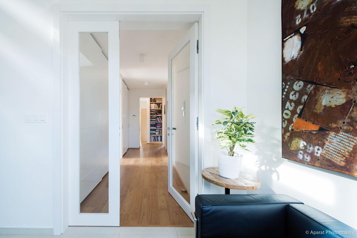 Na spodnom podlaží bytu ostali po rekonštrukcii len spálne akúpeľne. Sklenené dvere, ktorými sa vchádza do spálňovej časti zo schodiska, prepustia do chodby vcentre dispozície svetlo, nie však hluk ani chlad.