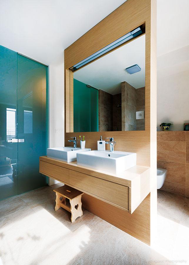 Deliaca stienka je elegantný nápad do kúpeľne spojenej stoaletou – WC je tak decentne skryté bez zvláštneho nároku na priestor.