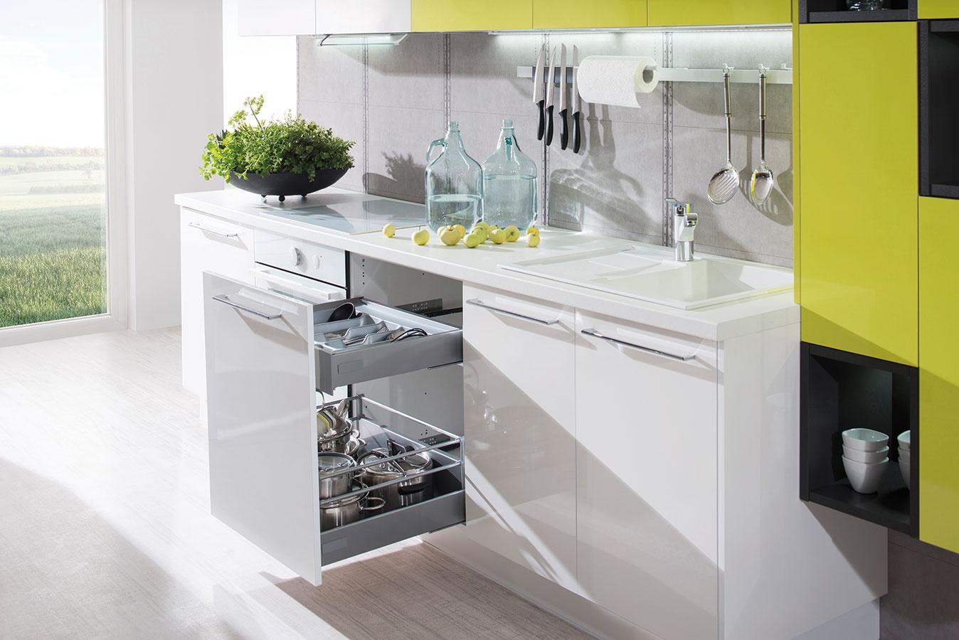 Závesné lišty, tyče a koše sú obľúbeným odkladacím priestorom a možno ich osadiť takmer po celej dĺžke kuchynskej linky. Poslúžia na odloženie kuchynského náradia, koreničiek, dosiek na krájanie, chňapiek i kuchárskych kníh.