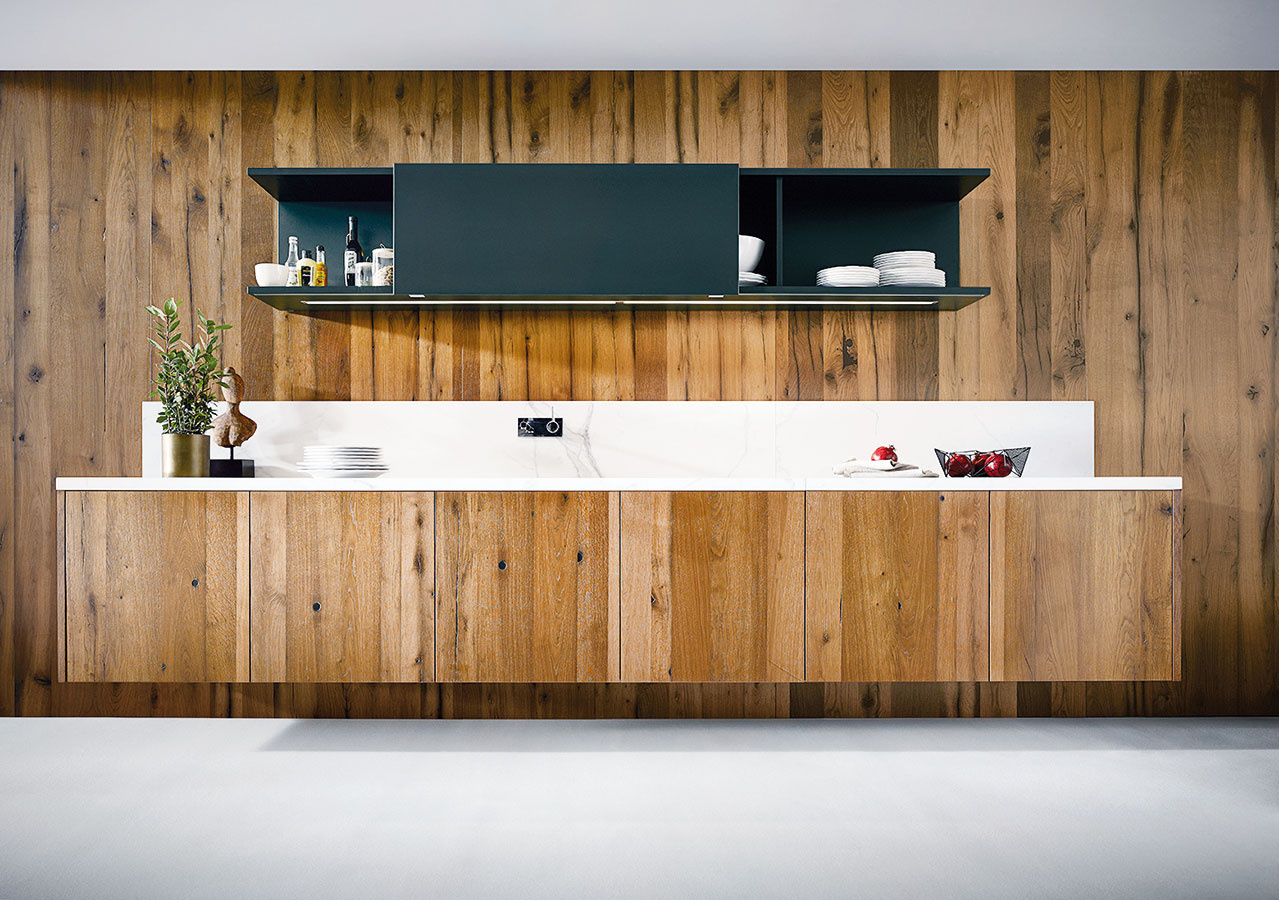 Lineárna kuchyňa je základným typom usporiadania pozdĺž jednej steny. Je vhodná najmä do dlhých úzkych miestností (ideálna dĺžka je aspoň 3 m). Riešenie bez spodného sokla oceníte najmä pri čistení podlahy.