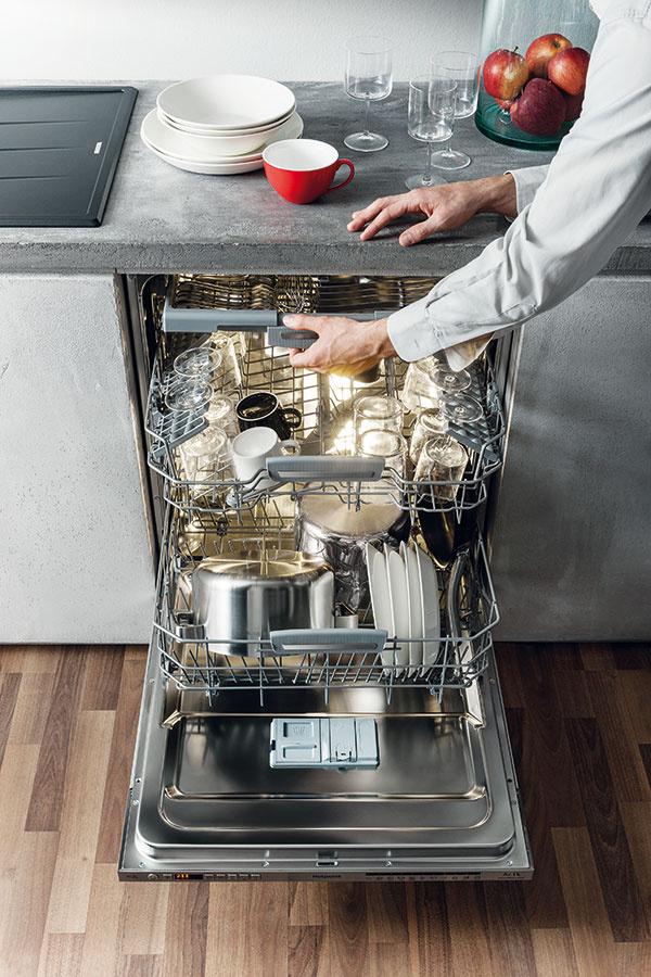 Plynulý chod v paralelnej kuchyni dosiahnete zabezpečením dostatočnej šírky – aspoň 1,2 m od protiľahlej strany, vďaka čomu môžete bez problémov prechádzať aj okolo otvorenej umývačky riadu.