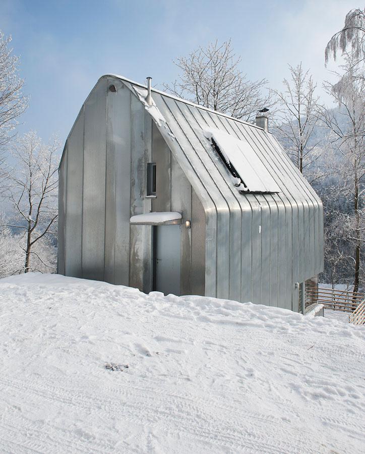 Zahoďte predsudky! Napohľad futuristický dom ponúka príjemné bývanie pre mladú rodinu s dieťaťom