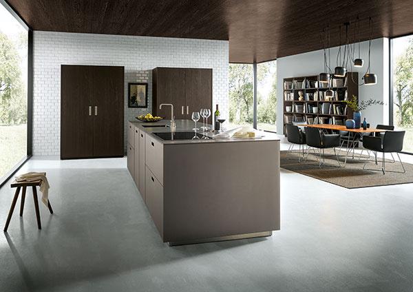 Vzrušujúca hra materiálov; kuchynský ostrov NX 902 v G577 – v matnej platinovo-metalickej sklenenej podobe