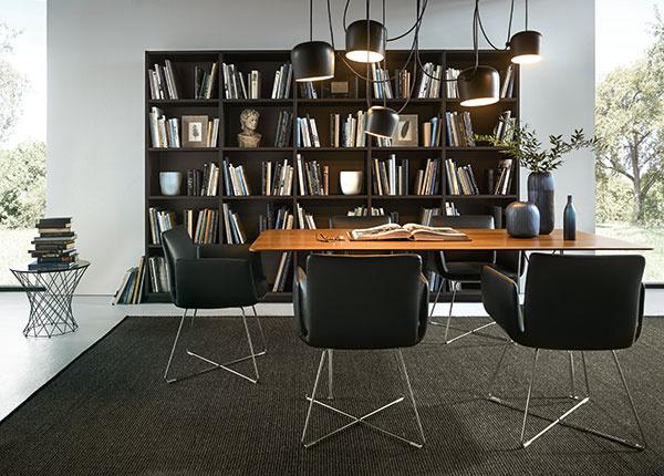 Elegantné vnútorné dubové poličky ladia s vysokými skrinkami a otvárajú kuchyňu do obývacieho priestoru.