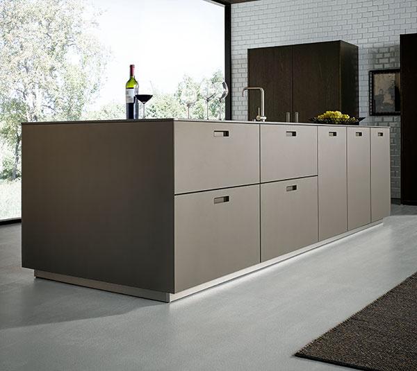 Vzrušujúca hra materiálov; kuchynský ostrov NX 902 v G577 – v matnej platinovo-metalickej sklenenej podobe.
