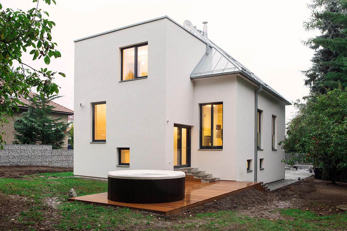 Dom v Prahe otočili do o 180 stupňov