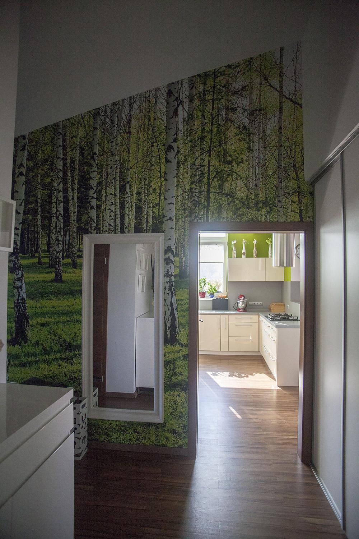 Fototapeta na stene vstupnej chodby je vyrobená podľa fotografie, ktorú dodali domáci.