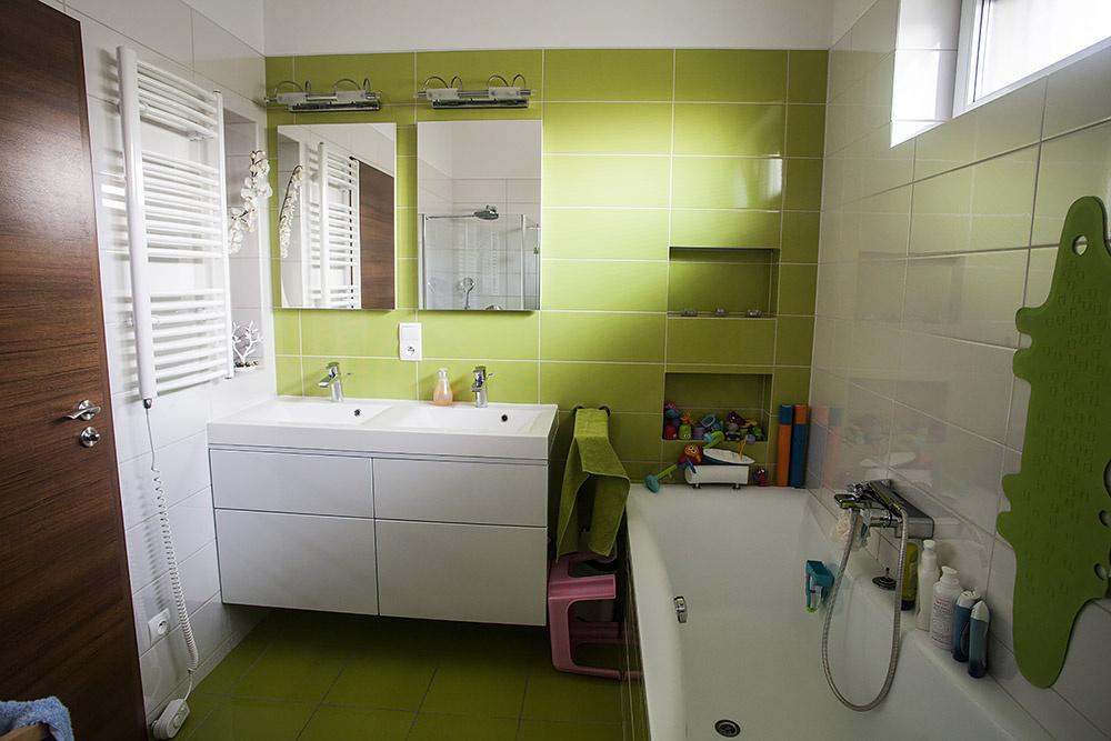 Aj kúpeľňa je v tónoch pôvodne zavrhovanej zelenej.