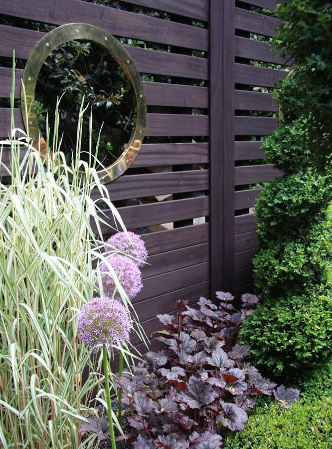 Drevený plot je vhodný na ohraničenie mestskej ividieckej záhrady. Pri jeho výbere myslite na to, že bude vyžadovať každoročnú údržbu, inak bude jeho životnosť obmedzená. Ak sa nechcete vzdať pekného výhľadu zo záhrady, vytvorte vňom aspoň jeden priehľad.