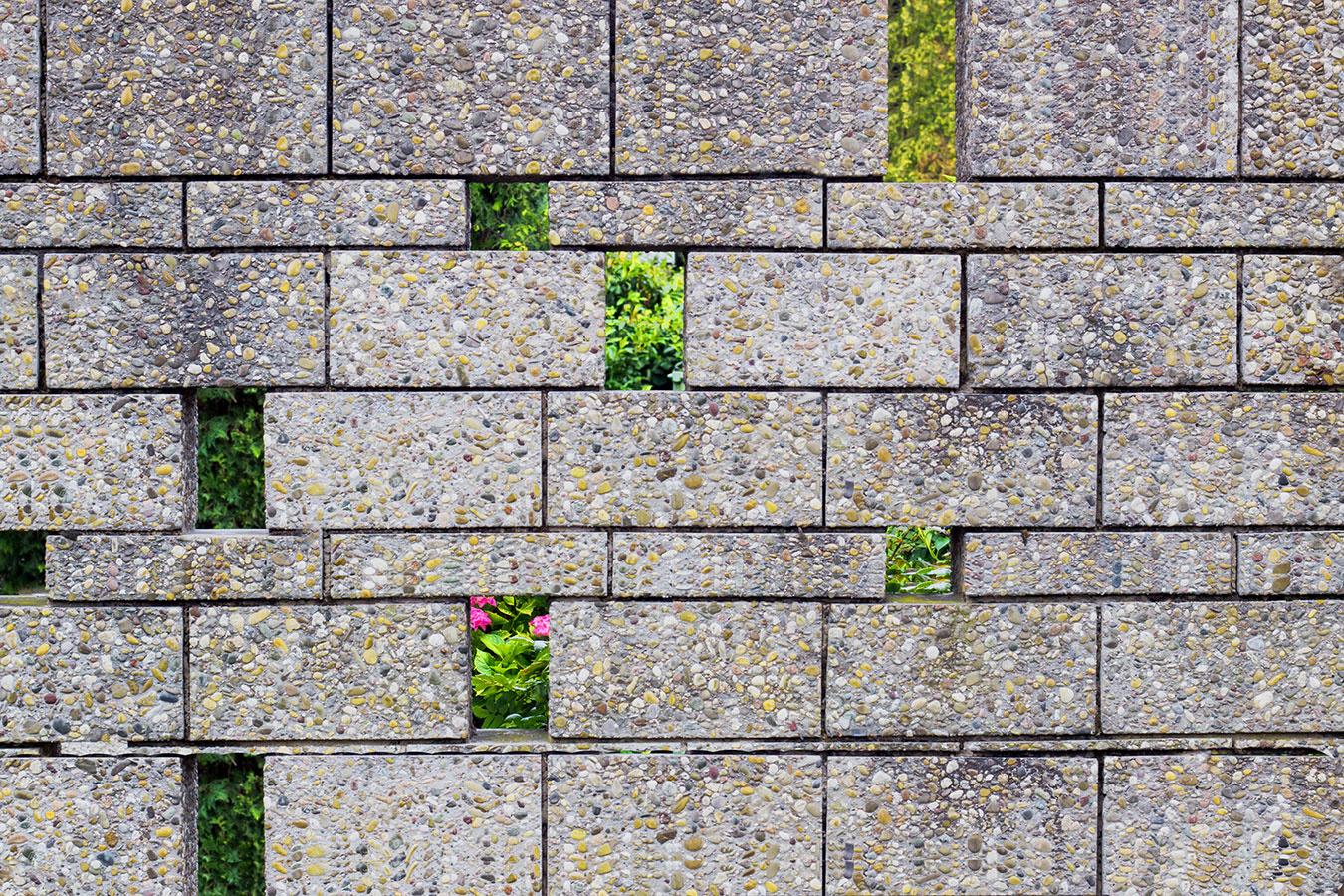 Trendové betónové múry predstavujú pomerne rýchlu a finančne prijateľnú možnosť, ako ohraničiť väčšiu záhradu. Vyššie betónové bloky však môžu pôsobiť rušivo. Aby vyzerali zaujímavejšie, môžete v nich vytvoriť malé priehľady.