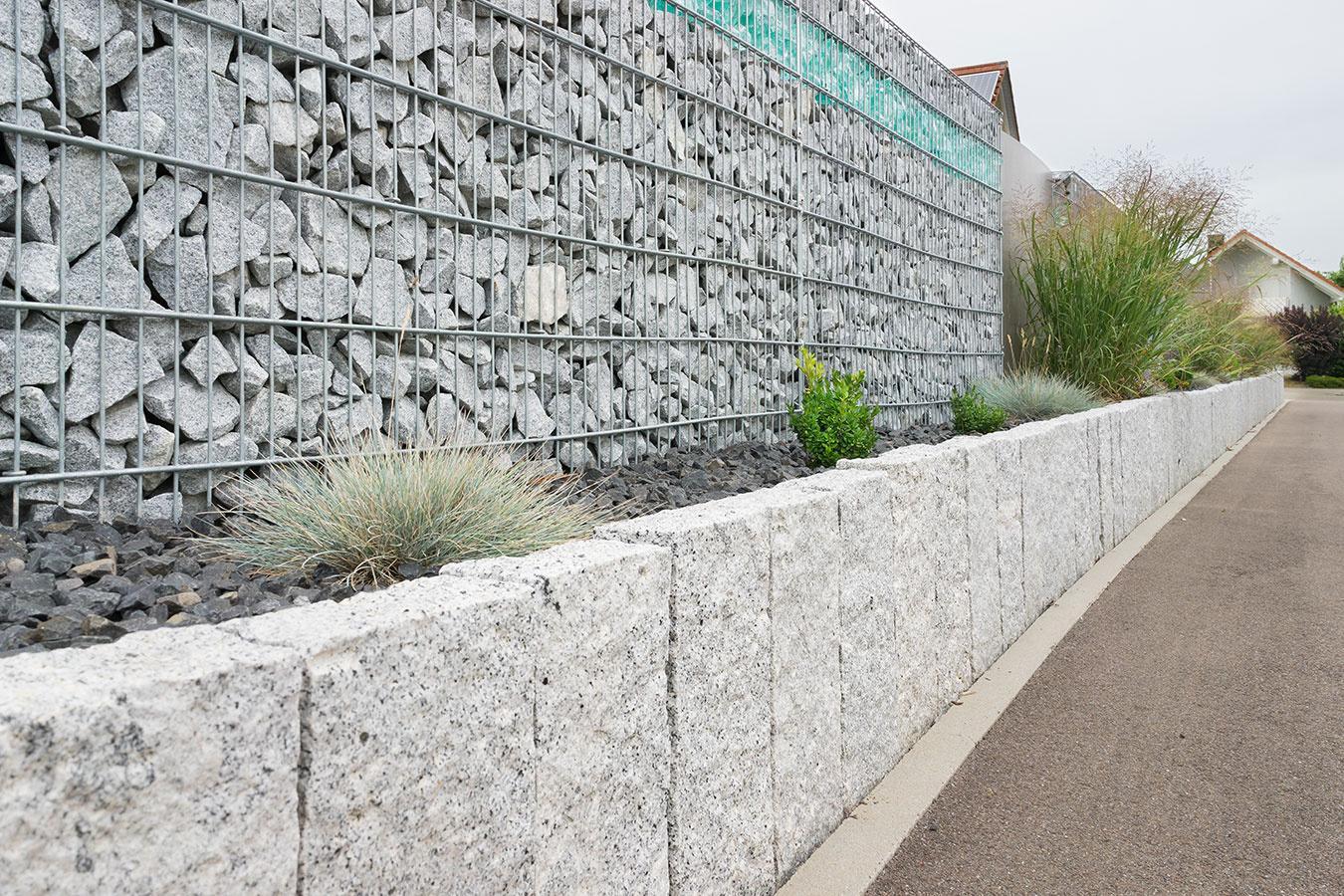 Gabiony, teda drôtené koše plnené kameňom, sú súčasným hitom. Takéto riešenie je vhodné predovšetkým k moderným domom. Vybrať si môžete rôzne široké a vysoké varianty košov, ako aj rôzne druhy a farebnosti výplňového kameňa. Výborne sa kombinujú s rastlinnou výsadbou.