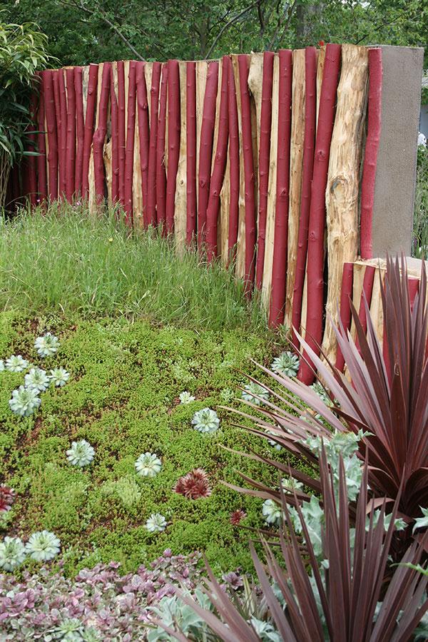 """Naozaj zaujímavý """"múr"""" môže vzniknúť skombinovaním farebne zvýrazneného dreva abetónu. Takéto riešenie pozemok dokonale ohraničí azáhradu ochráni pred neželanými pohľadmi. Múr by však nemal byť príliš široký."""