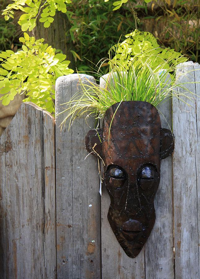 Fádnosť staršieho plota, do ktorého už nechcete veľmi investovať, zaženú vkusné dekoračné predmety nainštalované priamo na ňom. Zvoliť môžete aj také, ktoré vysadíte drobnejšou zeleňou.