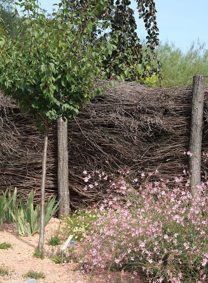 Nastrihané suché konáre môžete po zime využiť aj takto. Vznikne naozaj originálny, hoci len dočasný plot v prírodnom štýle.