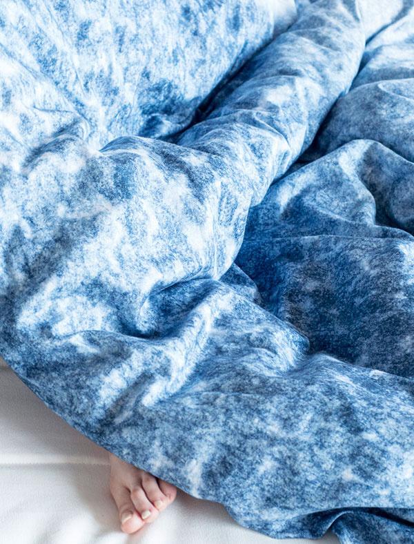 Obliečky avankúše sú dôležitým štýlotvorným prvkom. Ak hľadáte niečo originálne, siahnite po kolekcii Atmosphere od slovenskej dizajnérky Anny Kasanovej, ktorú pri návrhu inšpirovala príroda. Okrem posteľnej bielizne vnej nájdete aj deky aobrazy. Viac na www.behance.net/Kasanova.
