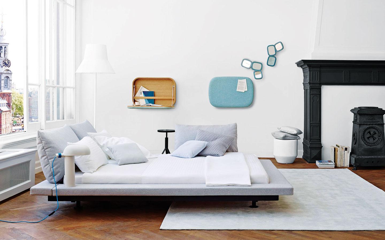 Čalúnená obruba okolo postele nahradí nočný stolík – pokojne na ňu môžete umiestniť aj svietidlo. Pri novej edícii postele, ktorú pre značku Ligne Roset navrhol Peter Maly, pohodlné vankúše zastúpia aj klasicky ponímané čelo amožno ich umiestniť kdekoľvek po obvode.