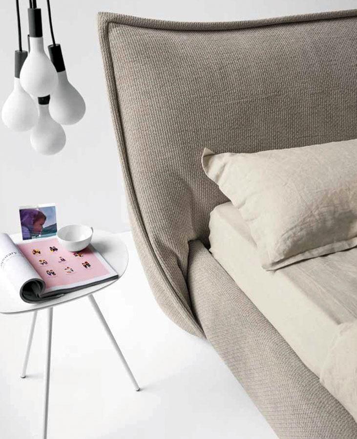Čalúnená posteľ Softly od značky Calligaris je mäkká arovnaký pocit vytvára aj vpriestore. Vybrať si môžete zrôznych materiálov aj farebných odtieňov smožnosťou voľby úložného priestoru. Je dostupná vdvoch rozmeroch pre matrac 160 × 200 a180 × 200. Predáva Livingin, Light Park.