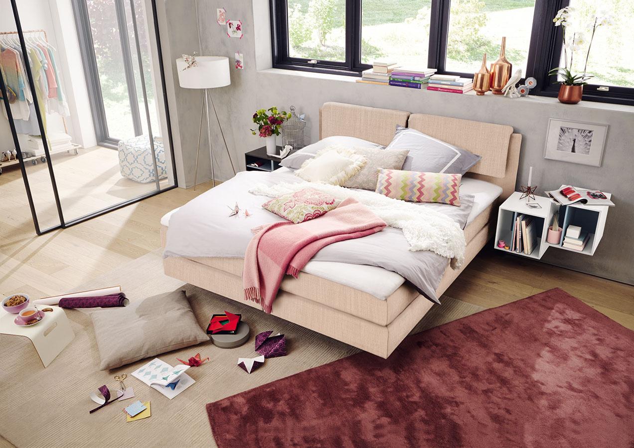 Obľúbenou voľbou sa aj unás stávajú postele typu boxspring, ktorých nosným prvkom je dvojitý matrac. Široký výber rozmanitých riešení afarebných možností ponúka aj značka hülsta. Siahnuť môžete napríklad aj po jemnom ružovosivom čalúnení. Predáva Merito.