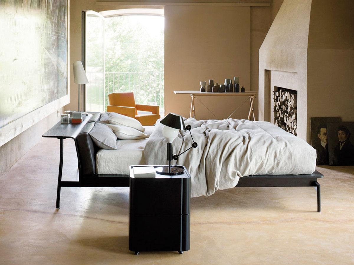 Subtílne riešenie s pridanou hodnotou. Čelo postele Sled od značky Cassina, za ktorou stojí dizajnér Rodolfo Dordoni, prechádza do šikovnej police, ktorá plne nahradí nočný stolík. Ak ju umiestnite viac do priestoru, poslúži aj ako príležitostné pracovisko. Predáva Konsepti.