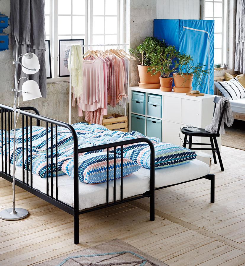 Pohovka FYRESDAL soceľovou konštrukciou advomi odolnými penovými matracmi od značky IKEA sa vprípade potreby jednoducho roztiahne. Ak neslúži ako posteľ, matrace postačí umiestniť na seba.