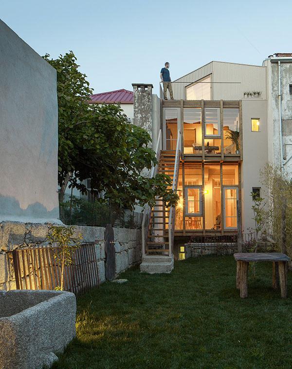 Nezvyčajne úzky dom nemôže na prvý pohľad ponúknuť nič extra. Stačí však nahliadnuť dnu a názor zmeníte!
