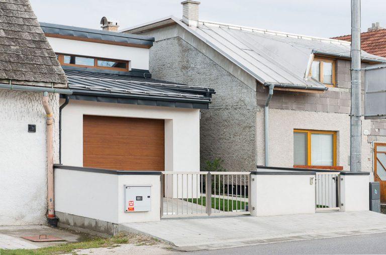 Je možné postaviť plnohodnotný dom v úzkej prieluke medzi radovou zástavbou? V Rajci sa to podarilo!