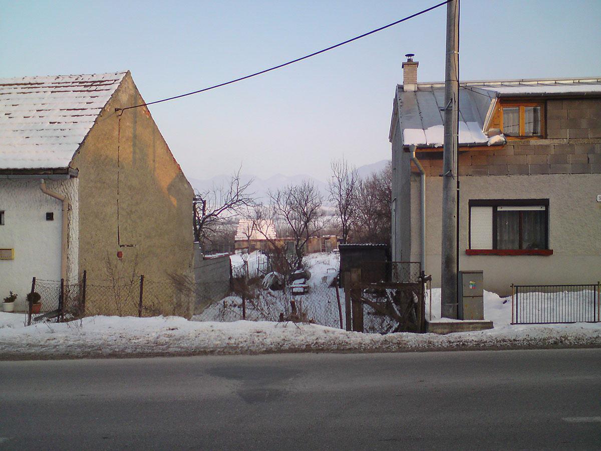 Je možné postaviť plnohodnotný dom v úzkej prieluke medzi radovou zástavbou?