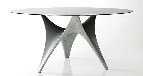 JEDÁLENSKÝ STÔL Arc sa na dizajnérsku ikonu La Rotonda ponáša len vzdialene. Jej princíp zachováva, no vtvare aj materiáli ho posúva ďalej. Namiesto dreva využíva nábytkársky nezvyčajný materiál ľahčeného betónu, namiesto priamočiarosti zas ponúka eleganciu kriviek. Fakt, že stôl navrhli vplyvní architekti Foster + Partners, neprekvapí: podnož stola pripomína maketu oblúkovej stavby. Vyrába Molteni&C.